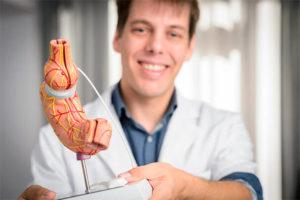 Dr. Yannick Nijs avec modèle anatomique